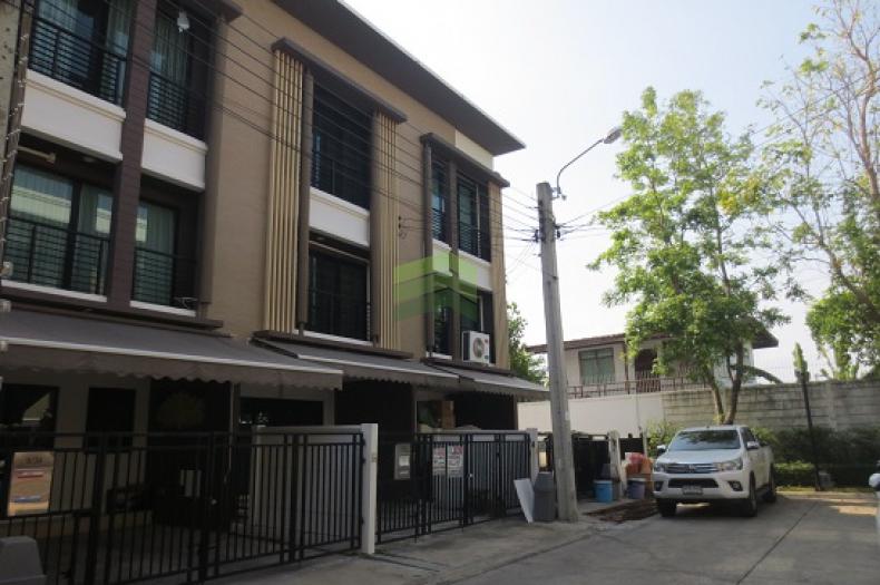 ขาย หมู่บ้านบ้านกลางเมือง กัลปพฤกษ์ ทาวน์โฮม 3 ชั้น เนื้อที่ 18.10 ตร.ว. หันหน้าทิศตะวันออก                                 ถ.กาญจนาภิเษก  บางหว้า เขตภาษีเจริญ จ.กรุงเทพฯ