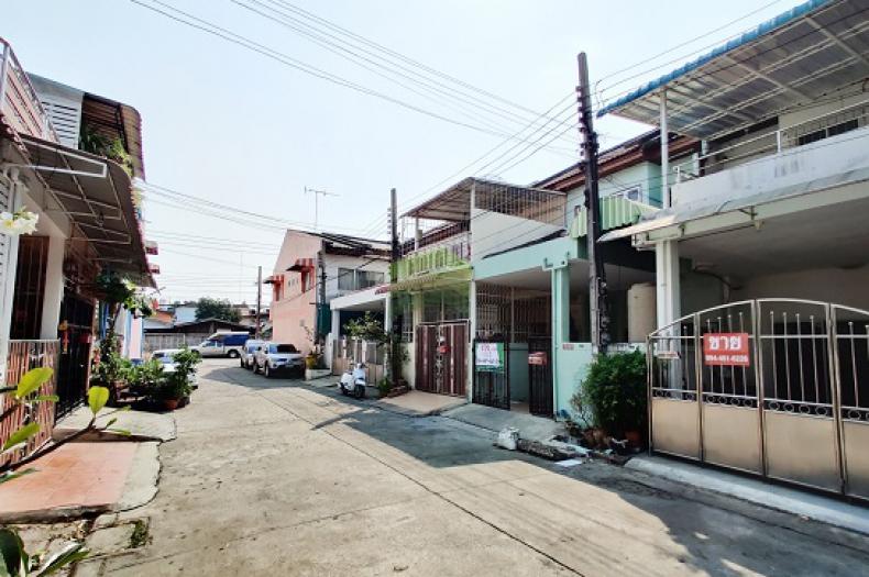หมู่บ้าน สมใจวิลเลจ ซอย เฉลิมพระเกียรติ 30,28  ขายด่วน ทาวน์เฮ้าส์ 2 ชั้น เนื้อที่ 17 ตร.ว ถนนศรีนครินทร์ ดอกไม้ ประเวศ  ต่อเติมเต็มพื้นที่ ทำเลดี ราคาถูก
